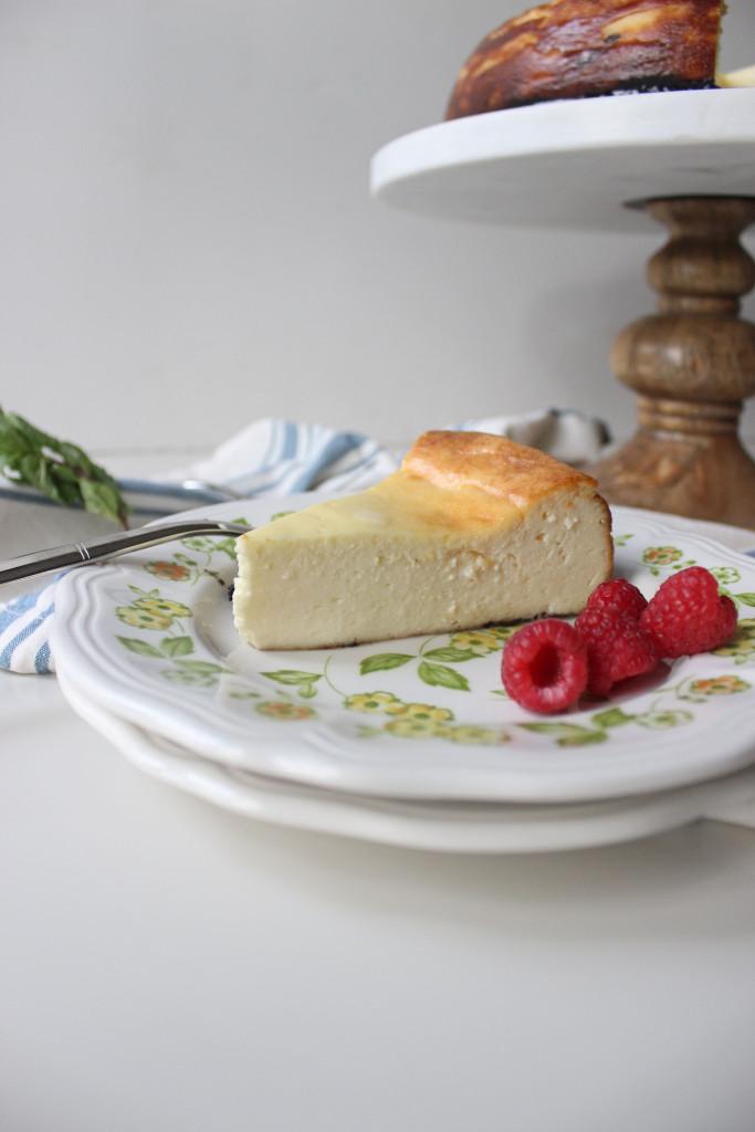cheesecake oreo crust raspberry sauce www.keystothecucina 3