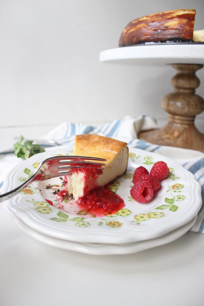 cheesecake oreo crust raspberry sauce www.keystothecucina 7